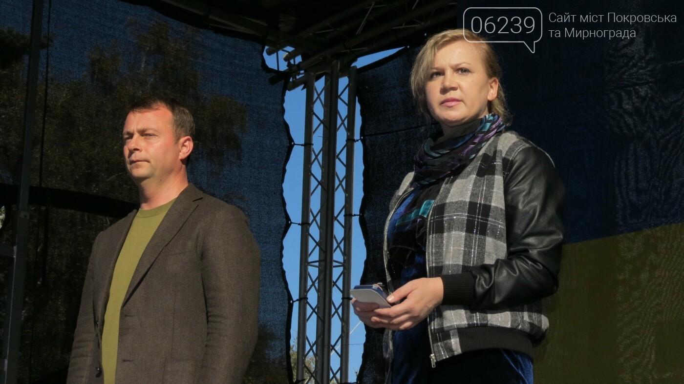 Вдове Андрея Чирвы, погибшего в зоне АТО, мэр Покровска вручил памятный знак, фото-1