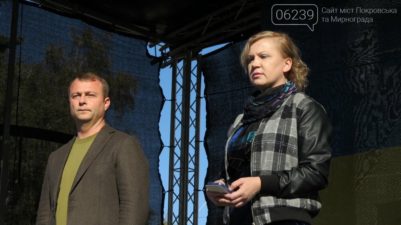 Вдове Андрея Чирвы, погибшего в зоне АТО, мэр Покровска вручил памятный знак, фото-2