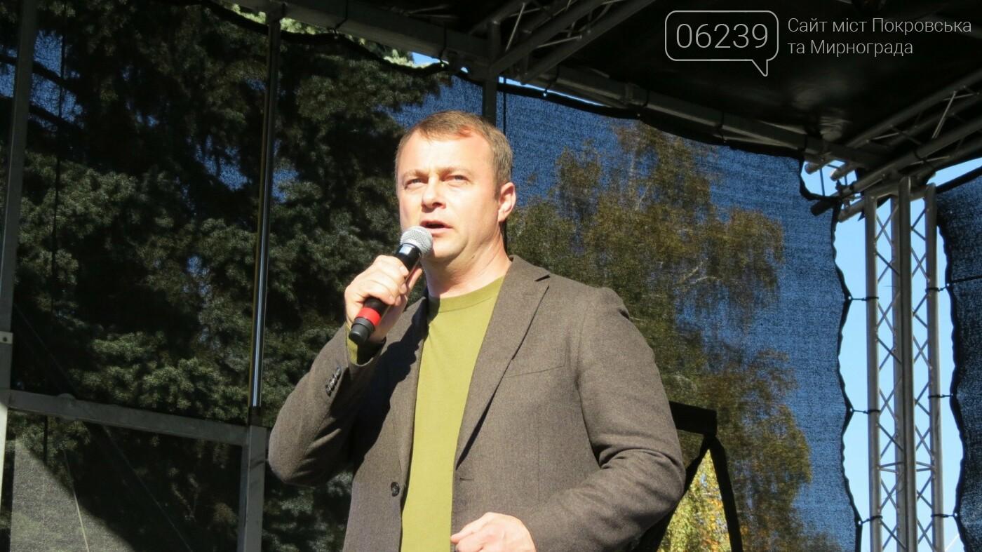 Вдове Андрея Чирвы, погибшего в зоне АТО, мэр Покровска вручил памятный знак, фото-3