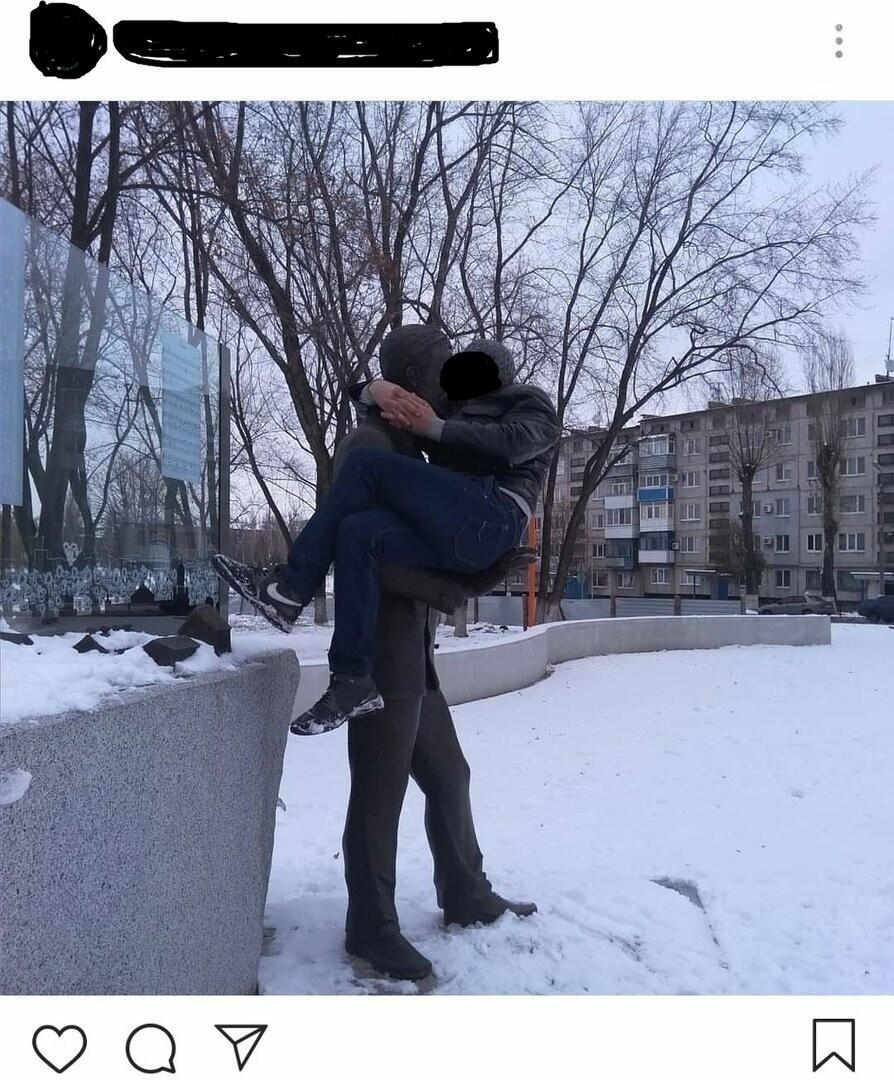 В Покровске мужчина залез на памятник композитору Леонтовичу, чтобы сделать фото, фото-2