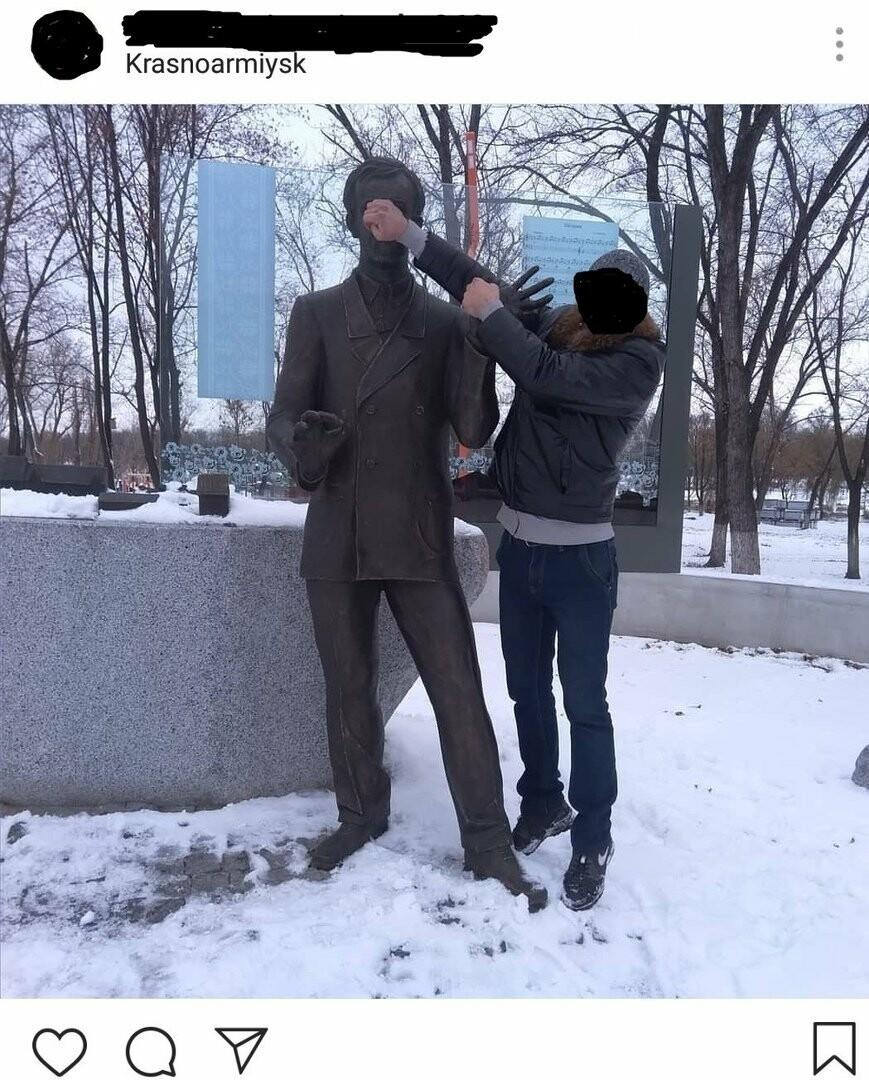 В Покровске мужчина залез на памятник композитору Леонтовичу, чтобы сделать фото, фото-3