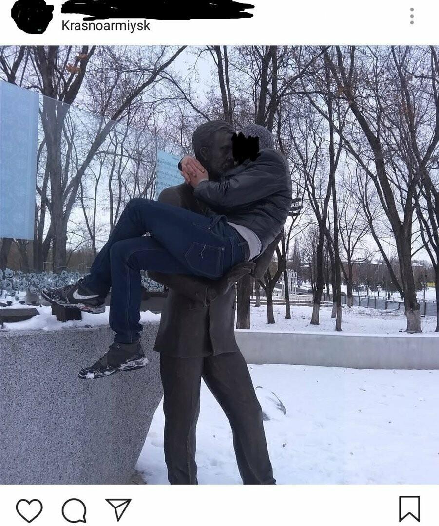 В Покровске мужчина залез на памятник композитору Леонтовичу, чтобы сделать фото, фото-1