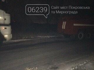 Ночью спасатели Покровска освобождали из снежного плена грузовой автомобиль, фото-1
