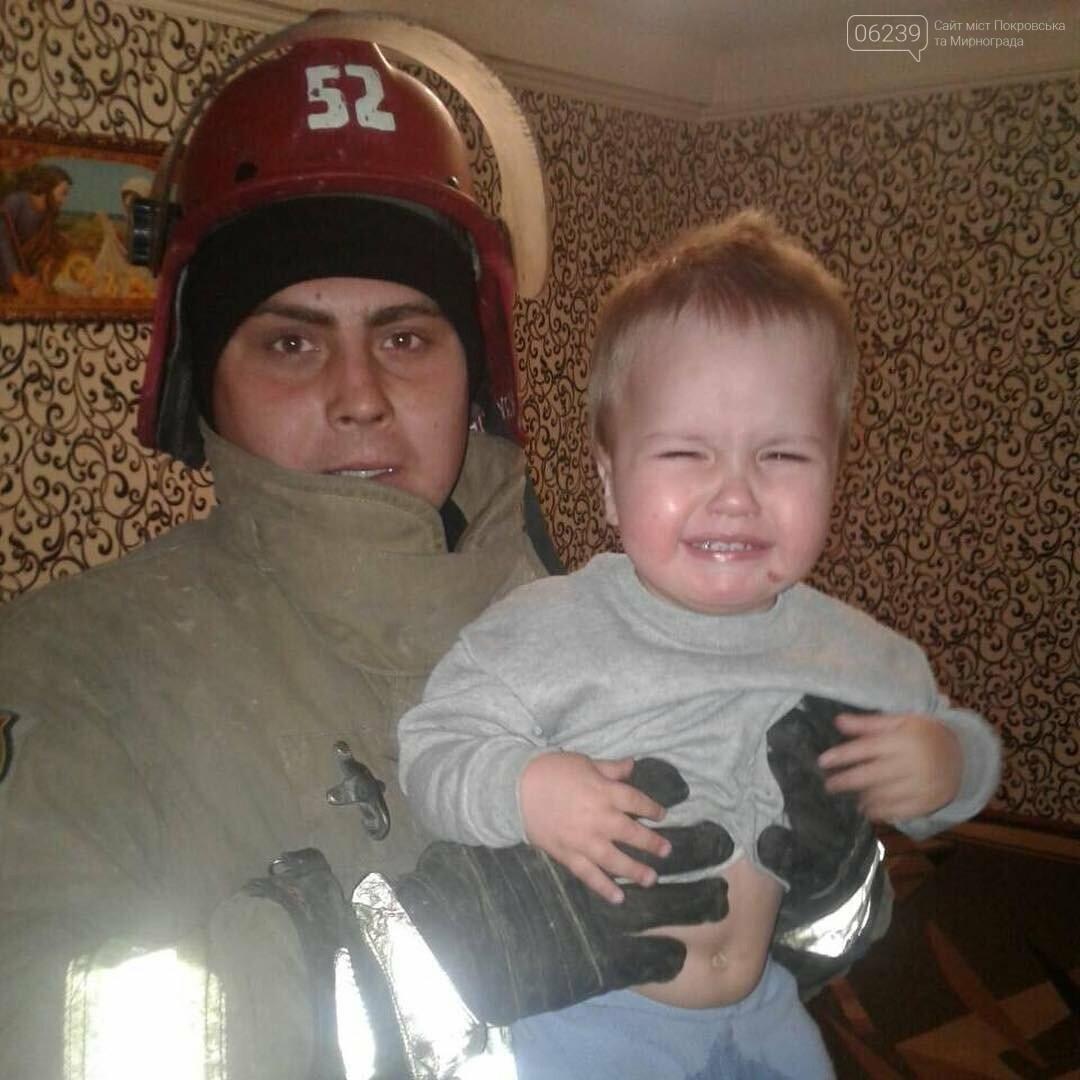 Спасатели Мирнограда открывали дверь квартиры, в которой закрылся полуторагодовалый малыш, фото-1
