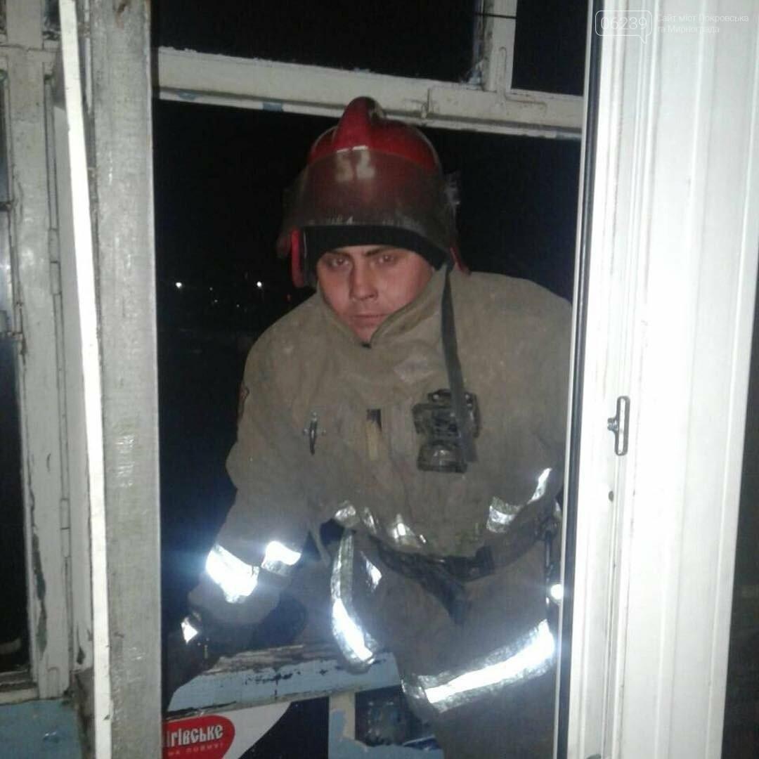 Спасатели Мирнограда открывали дверь квартиры, в которой закрылся полуторагодовалый малыш, фото-2
