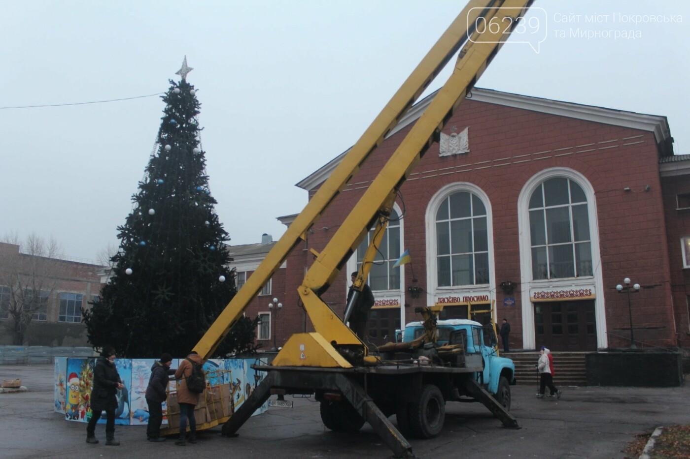 В Мирнограде установили главную елку города, стала известна дата ее открытия, фото-1