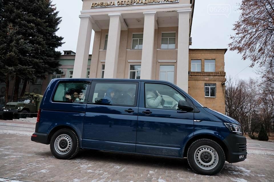 Двум многодетным семьям из Покровска вручили ключи от новых автомобилей, фото-1