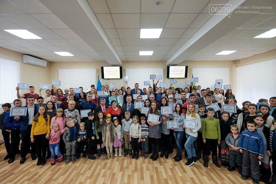 Двум многодетным семьям из Покровска вручили ключи от новых автомобилей, фото-6