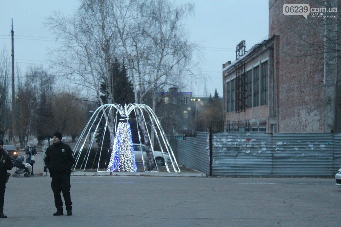 Центр Мирнограда засиял новогодними огнями , фото-3