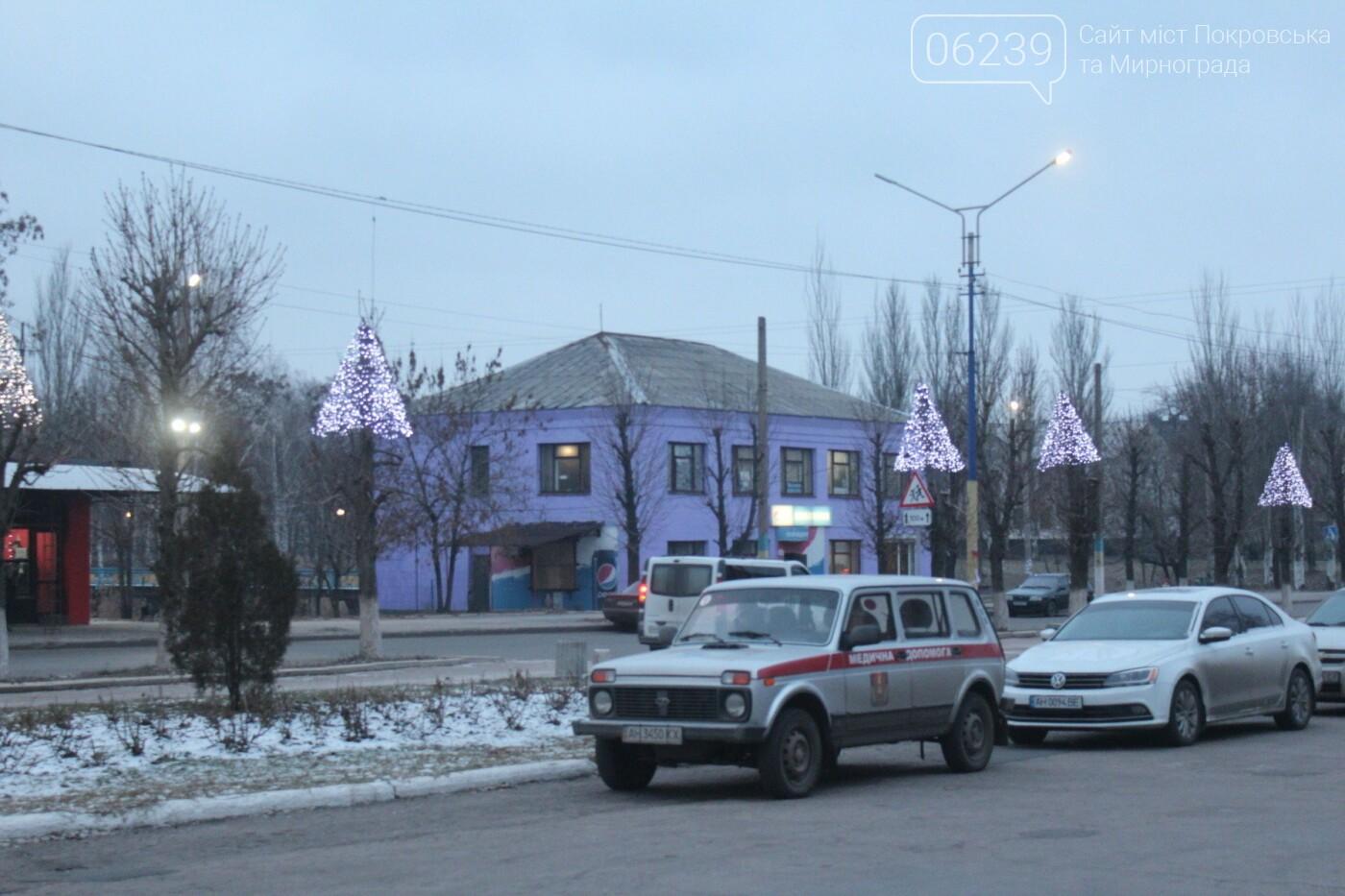 Центр Мирнограда засиял новогодними огнями , фото-2