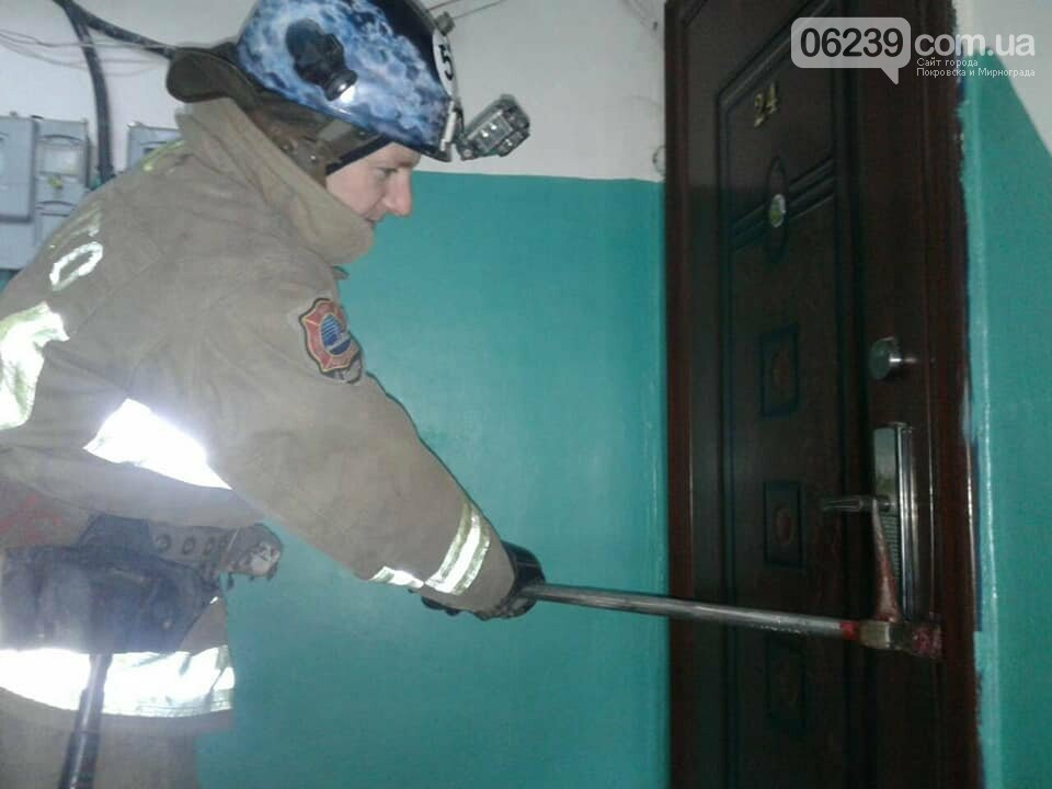 В Мирнограде спасатели помогли открыть дверь в квартиру, где находилась пожилая женщина, фото-1