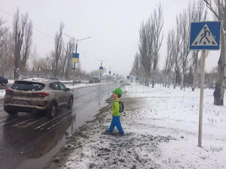 """Привлечь внимание водителей. В Покровске на переходе установили фигуру """"пешехода"""", фото-3"""