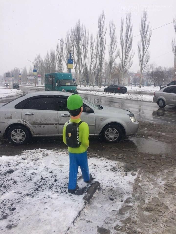 """Привлечь внимание водителей. В Покровске на переходе установили фигуру """"пешехода"""", фото-4"""