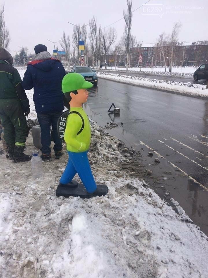 """Привлечь внимание водителей. В Покровске на переходе установили фигуру """"пешехода"""", фото-2"""