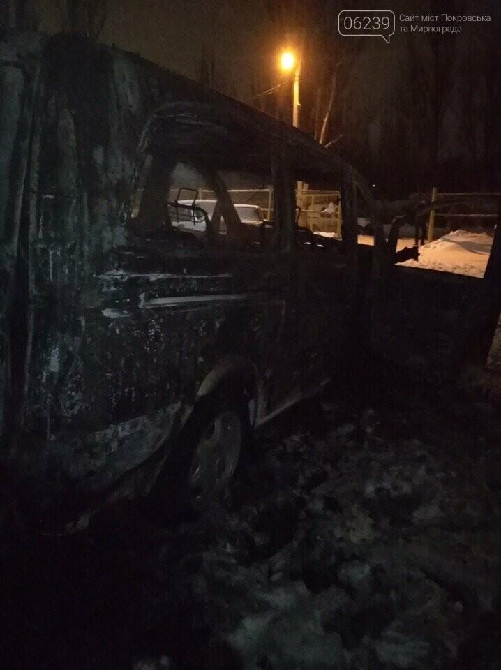 В Покровске сгорел автомобиль: полиция завела дело о поджоге, фото-1