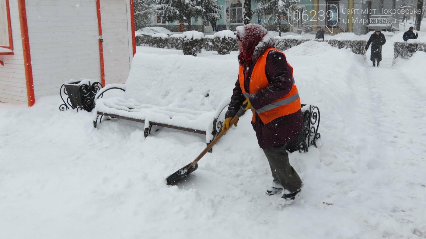 В Покровске с утра снегопад… работают коммунальщики и техника, фото-1