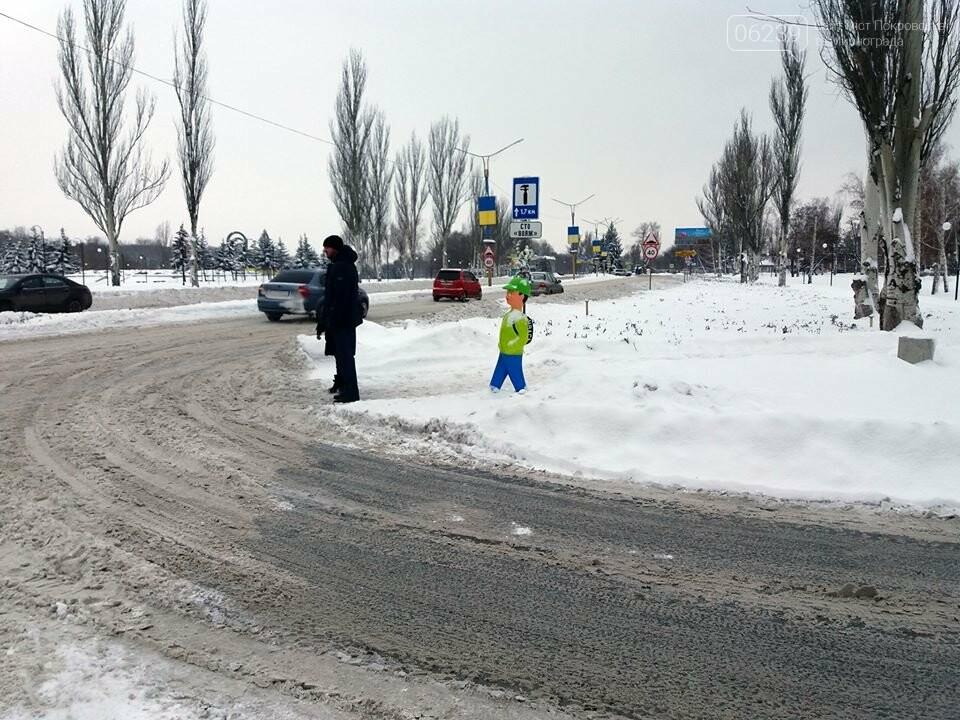 Попереджувальні манекени на дорогах Покровська: навіщо та де , фото-4