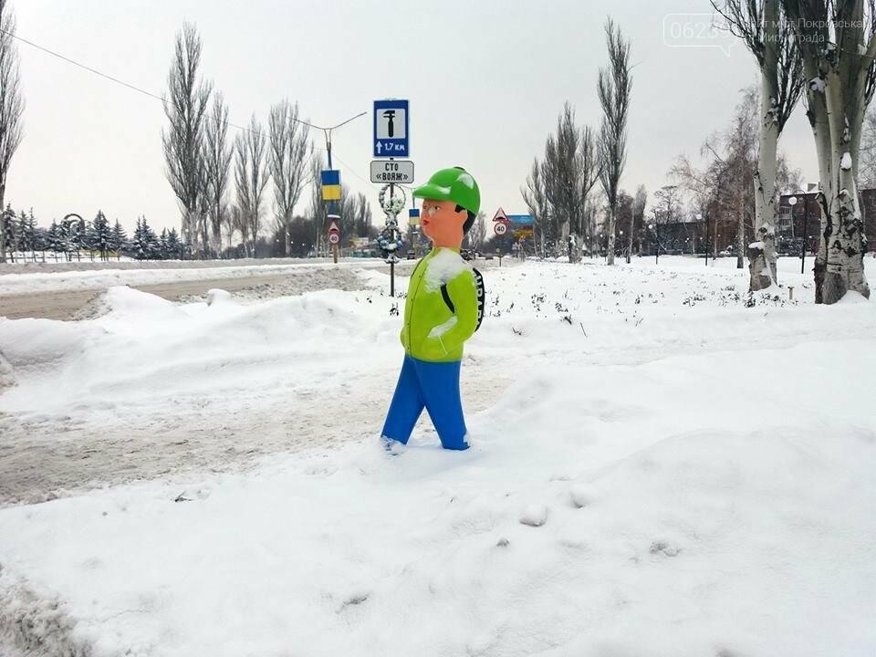 Попереджувальні манекени на дорогах Покровська: навіщо та де , фото-1