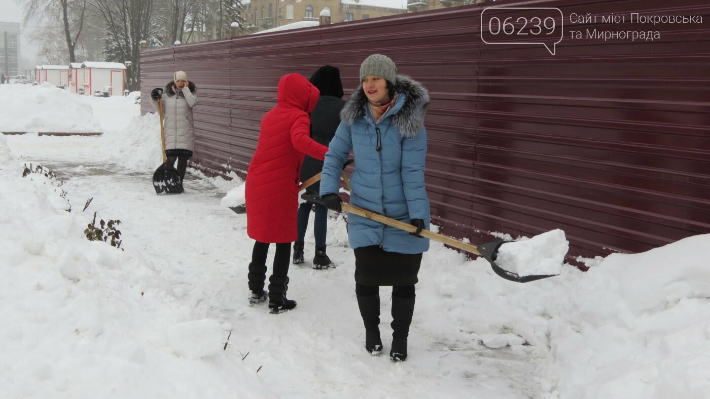 Сотрудники покровской мэрии взяли в руки лопаты, фото-2