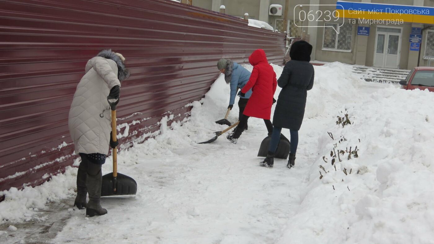 Сотрудники покровской мэрии взяли в руки лопаты, фото-10