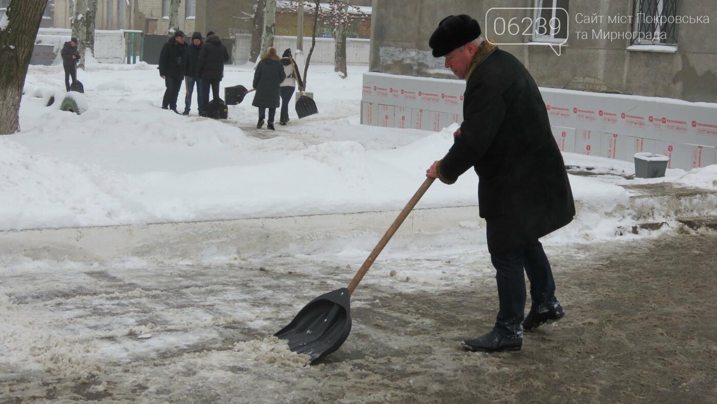 Сотрудники покровской мэрии взяли в руки лопаты, фото-11
