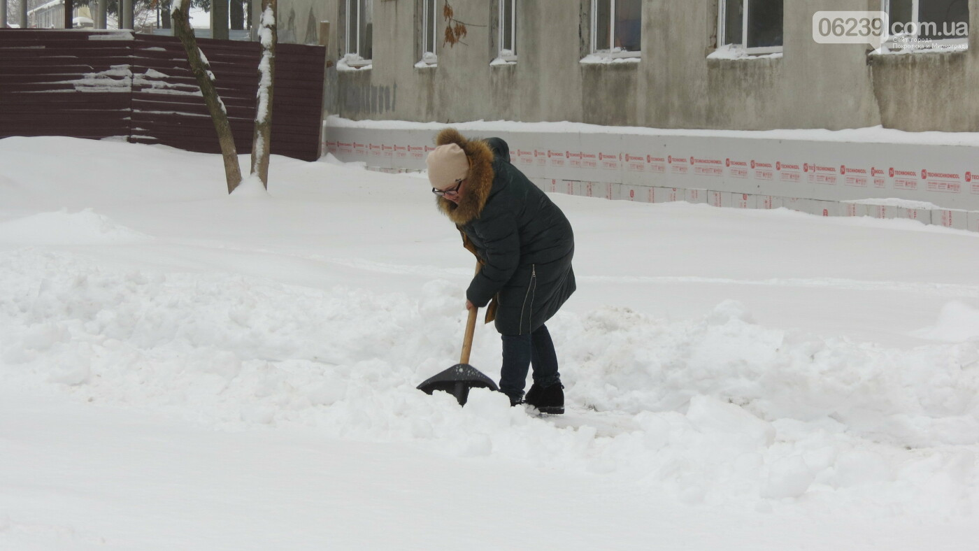 Сотрудники покровской мэрии взяли в руки лопаты, фото-4