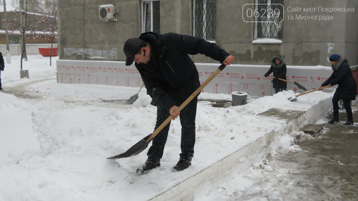 Сотрудники покровской мэрии взяли в руки лопаты, фото-8