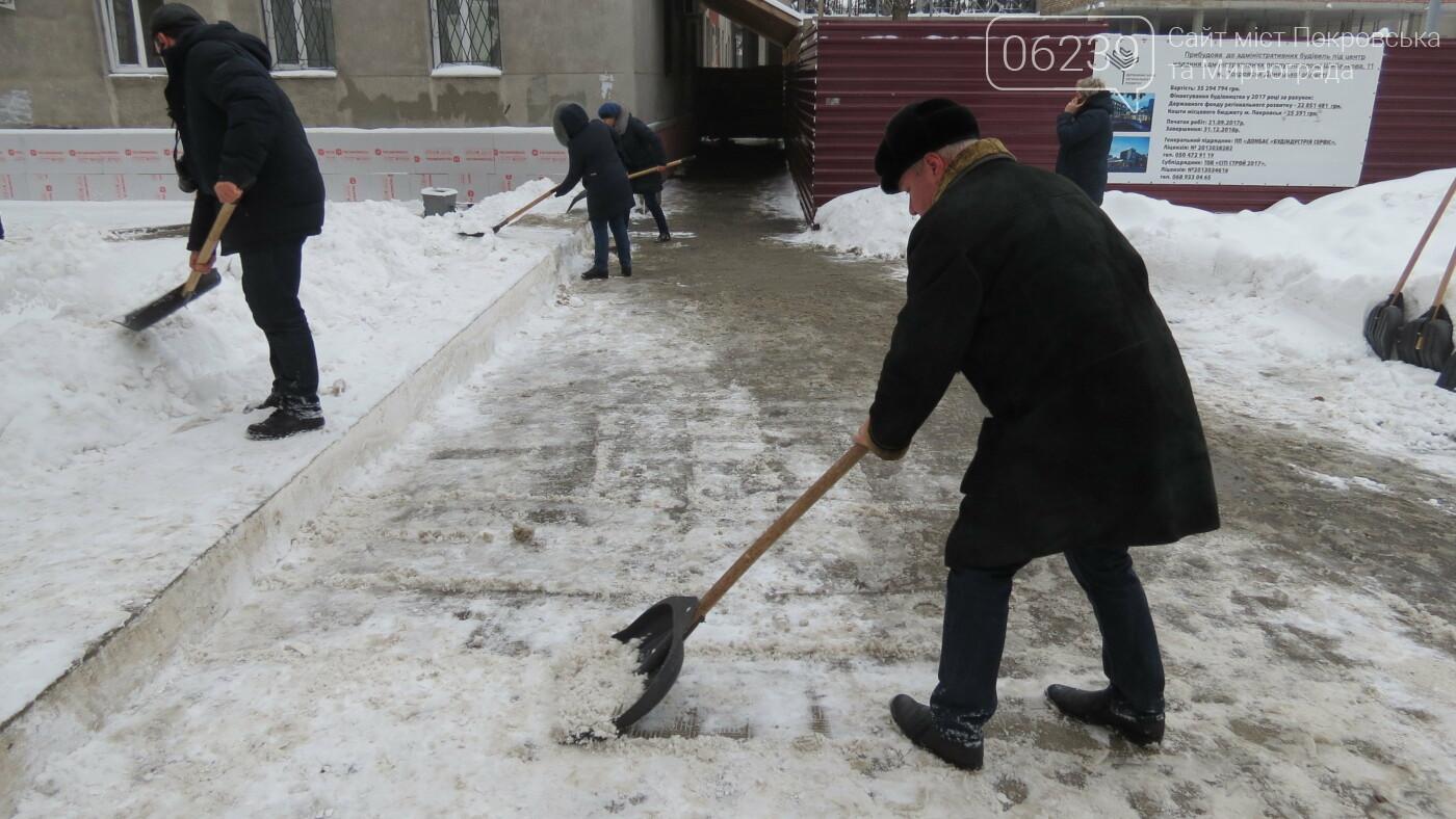 Сотрудники покровской мэрии взяли в руки лопаты, фото-12