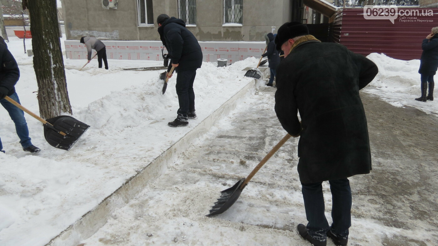 Сотрудники покровской мэрии взяли в руки лопаты, фото-16
