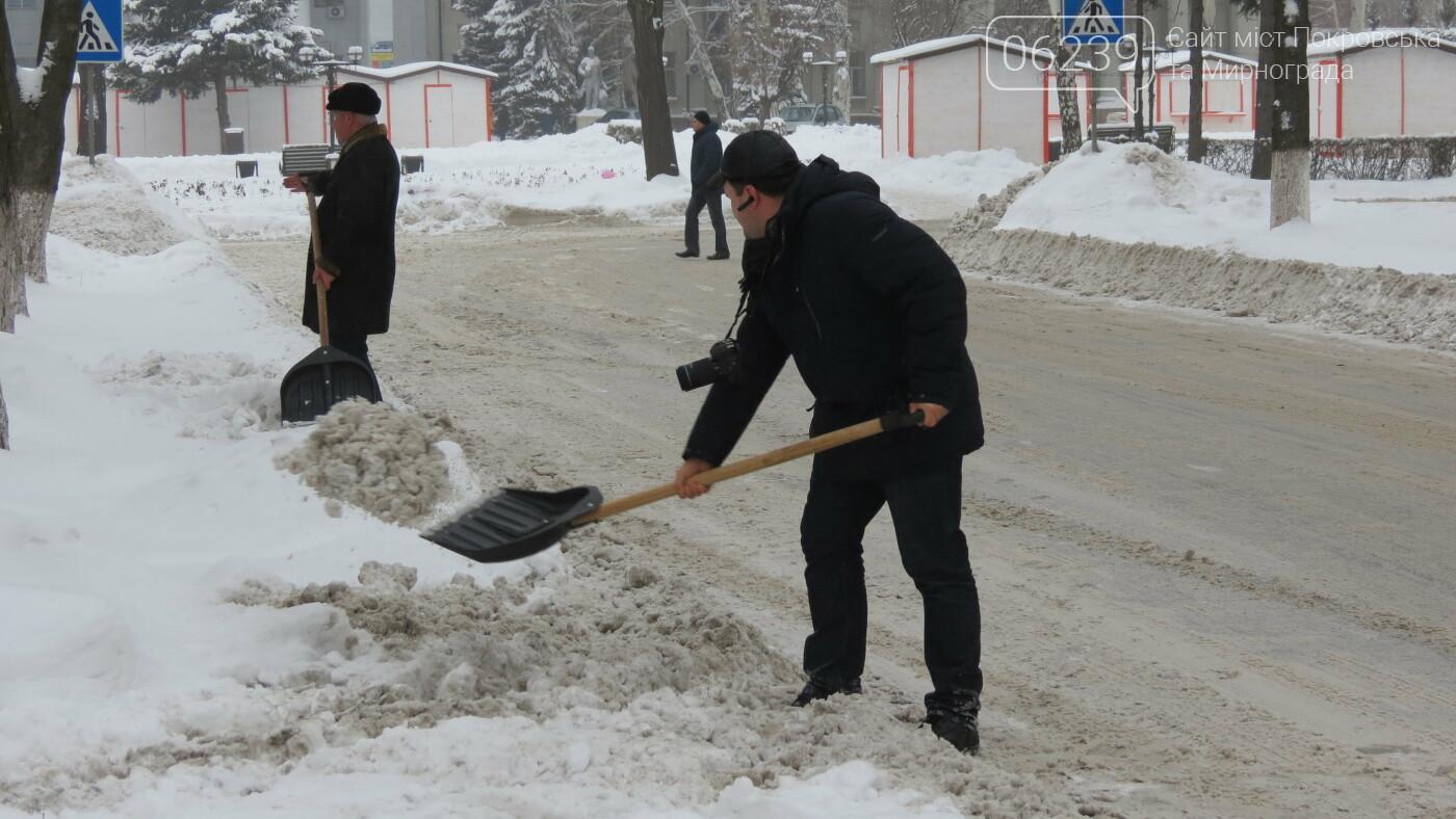 Сотрудники покровской мэрии взяли в руки лопаты, фото-17