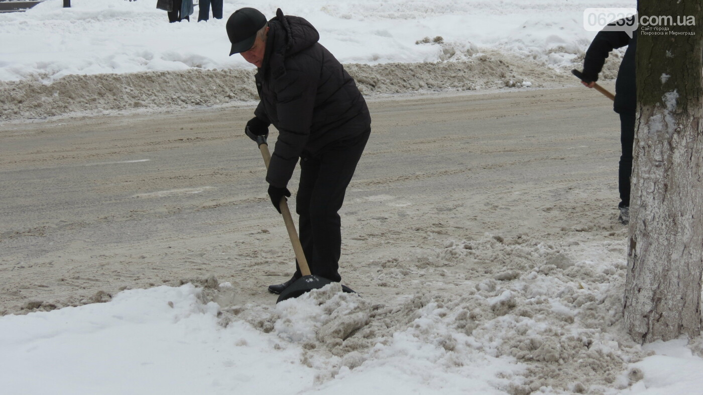 Сотрудники покровской мэрии взяли в руки лопаты, фото-13