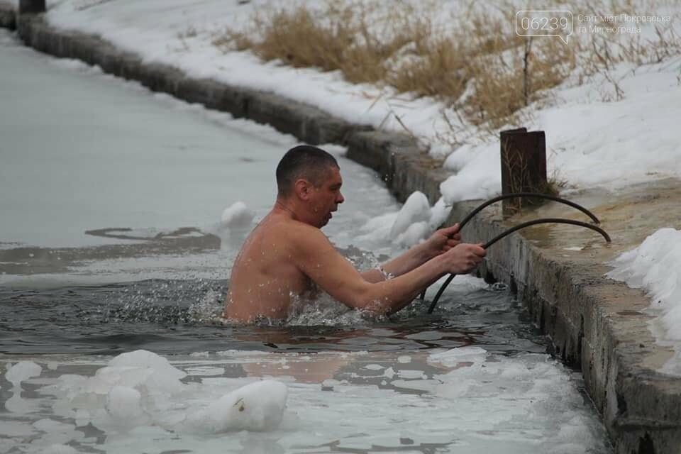 Крещение Господне: Жители Покровска ныряли в купель на Лысогорской плотине, фото-2