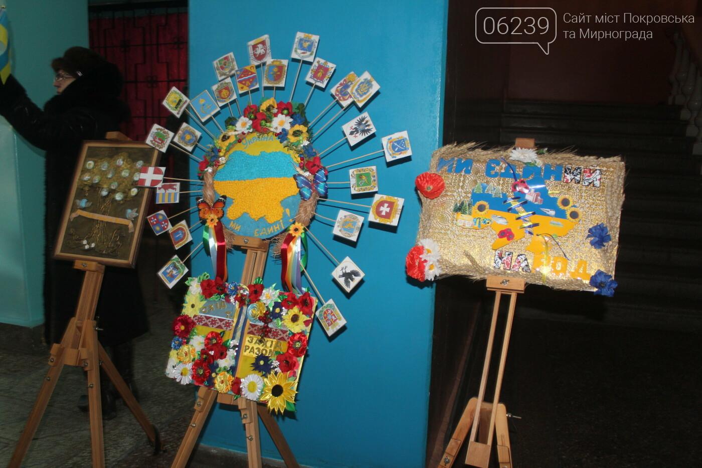 По случаю Дня соборности Украины в Мирнограде провели выставку украинского искусства, фото-6