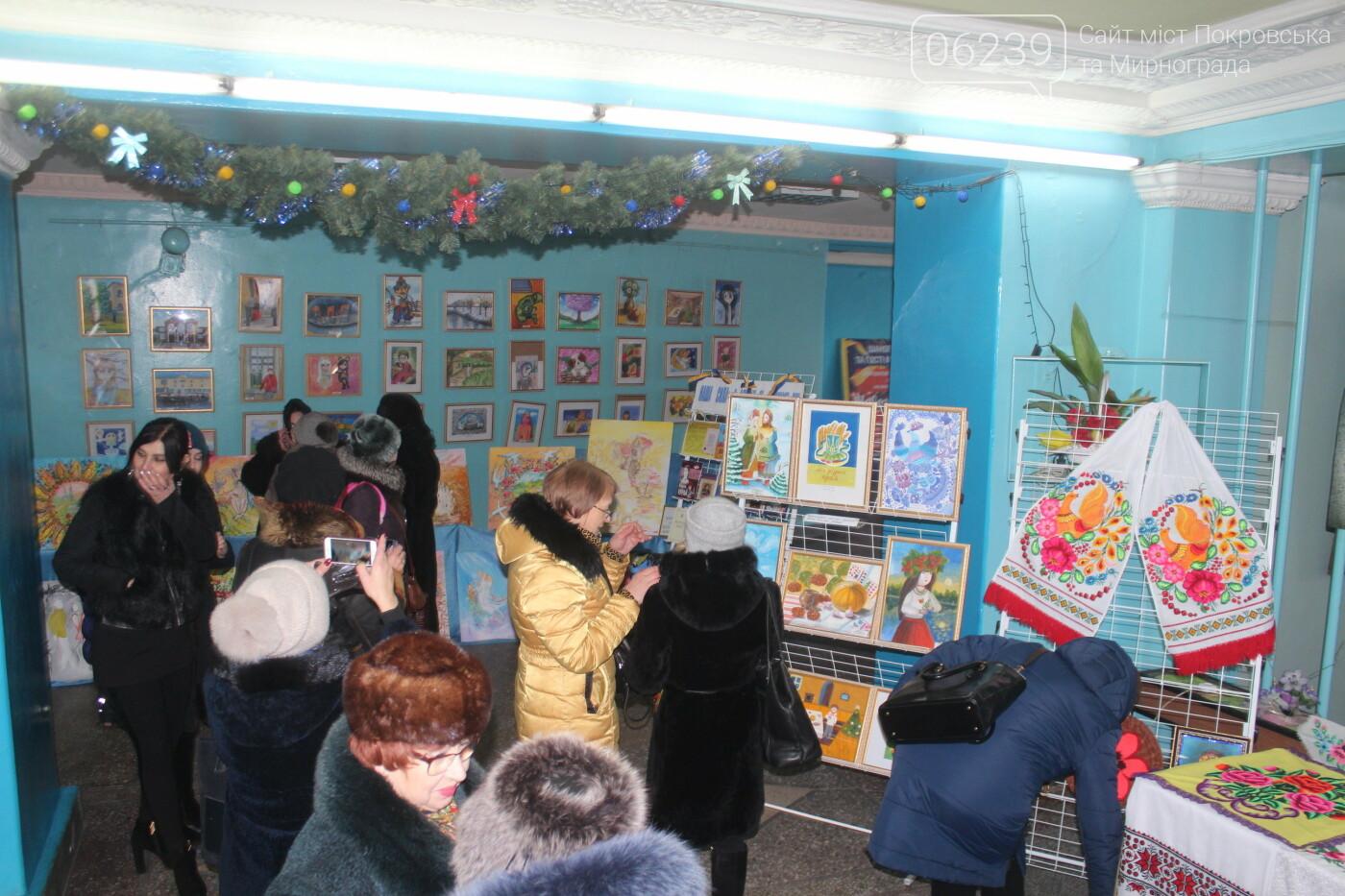 По случаю Дня соборности Украины в Мирнограде провели выставку украинского искусства, фото-8