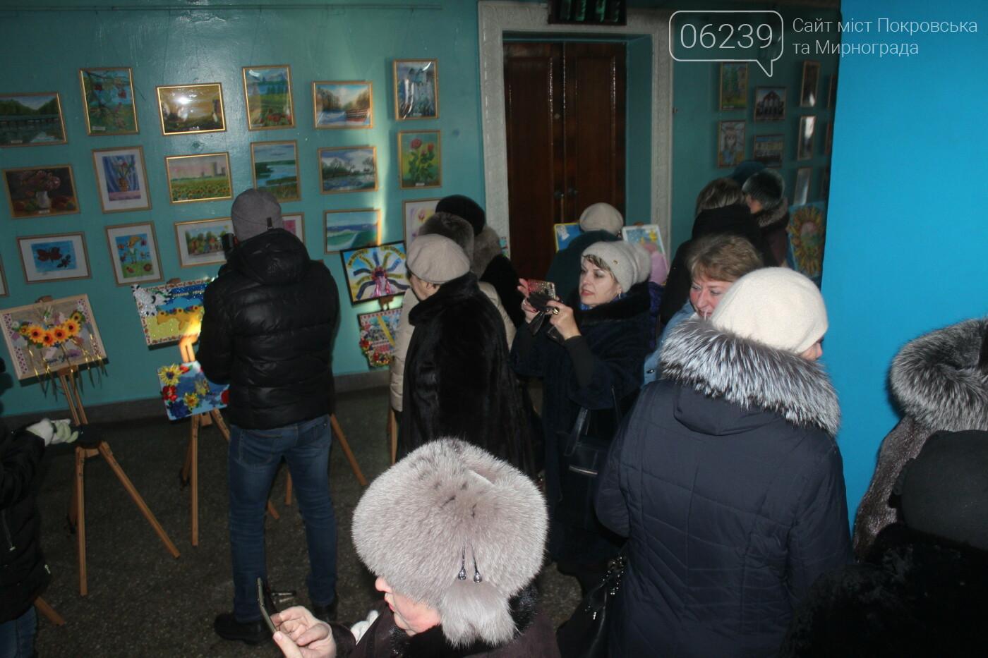 По случаю Дня соборности Украины в Мирнограде провели выставку украинского искусства, фото-3