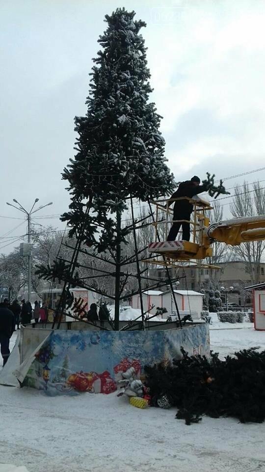 В Покровске начали демонтаж главной елки города, фото-1