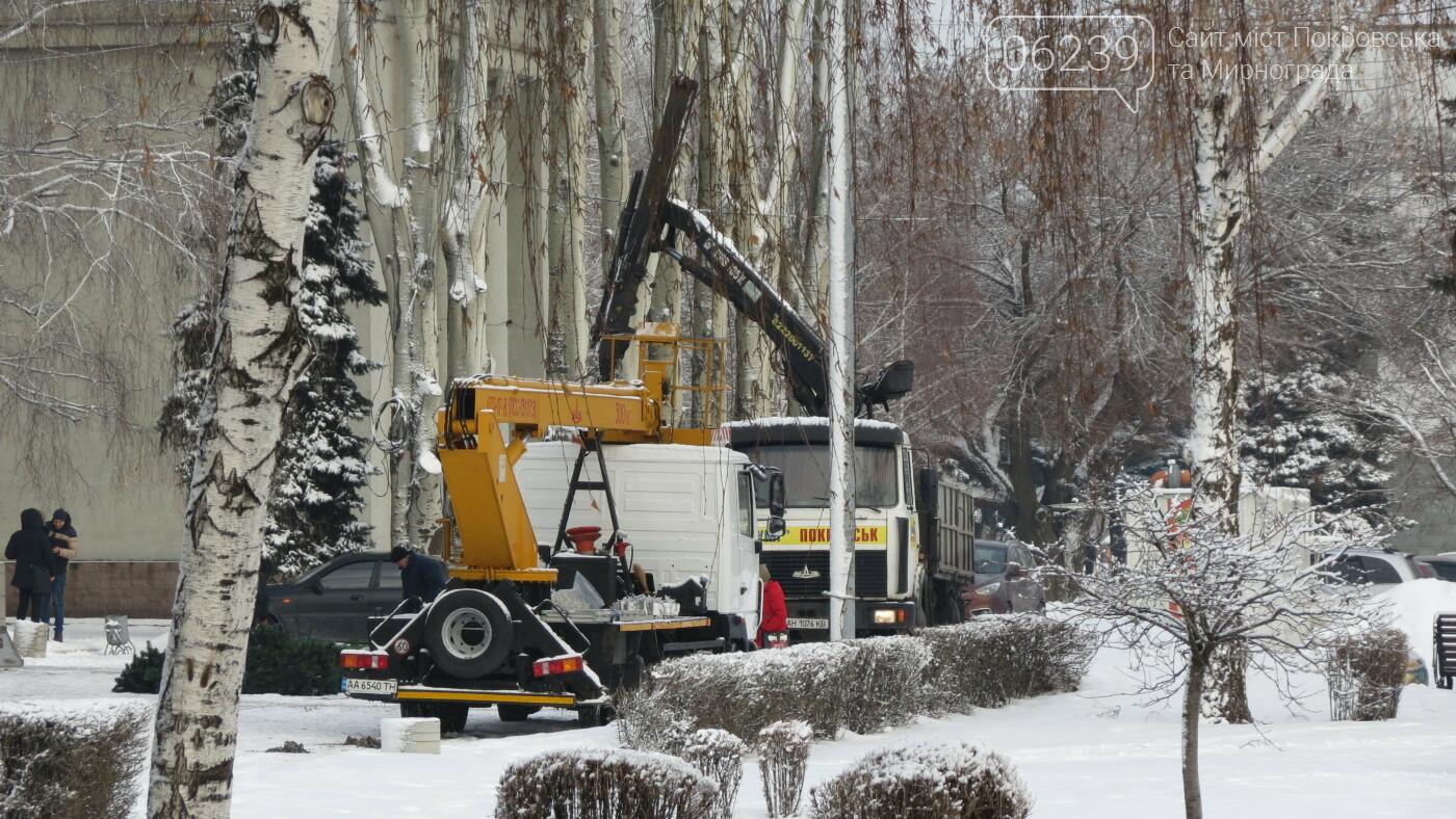В Покровске начали демонтаж главной елки города, фото-3