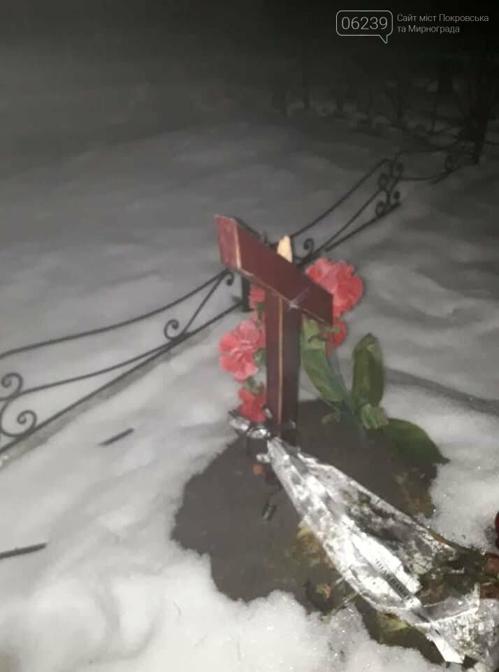 В Родинском вандалы сломали крест на могиле воина АТО, фото-2