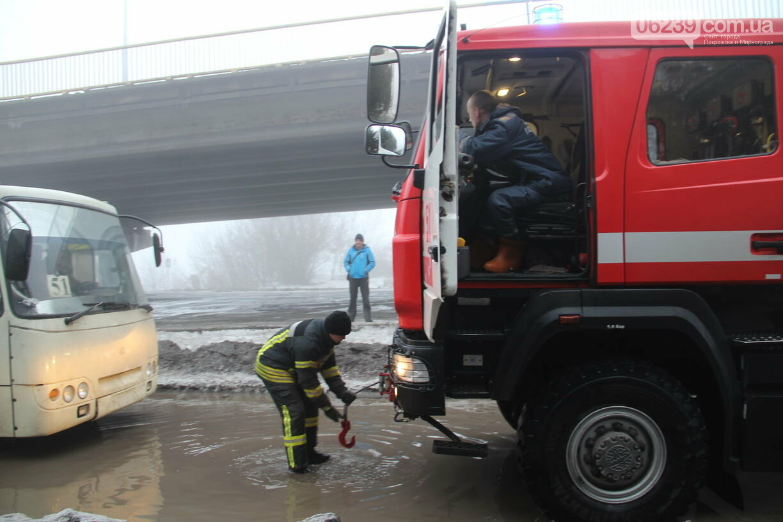 На затопленной улице Шмидта в Покровске автобус с пассажирами застрял в яме, фото-1