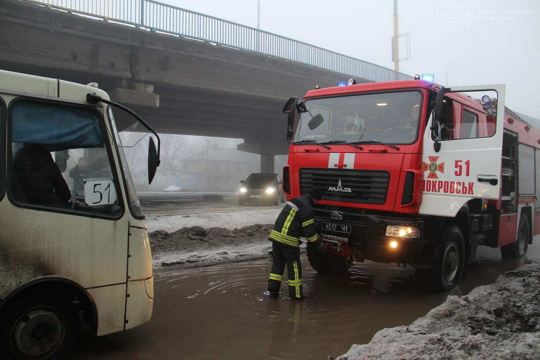 На затопленной улице Шмидта в Покровске автобус с пассажирами застрял в яме, фото-2