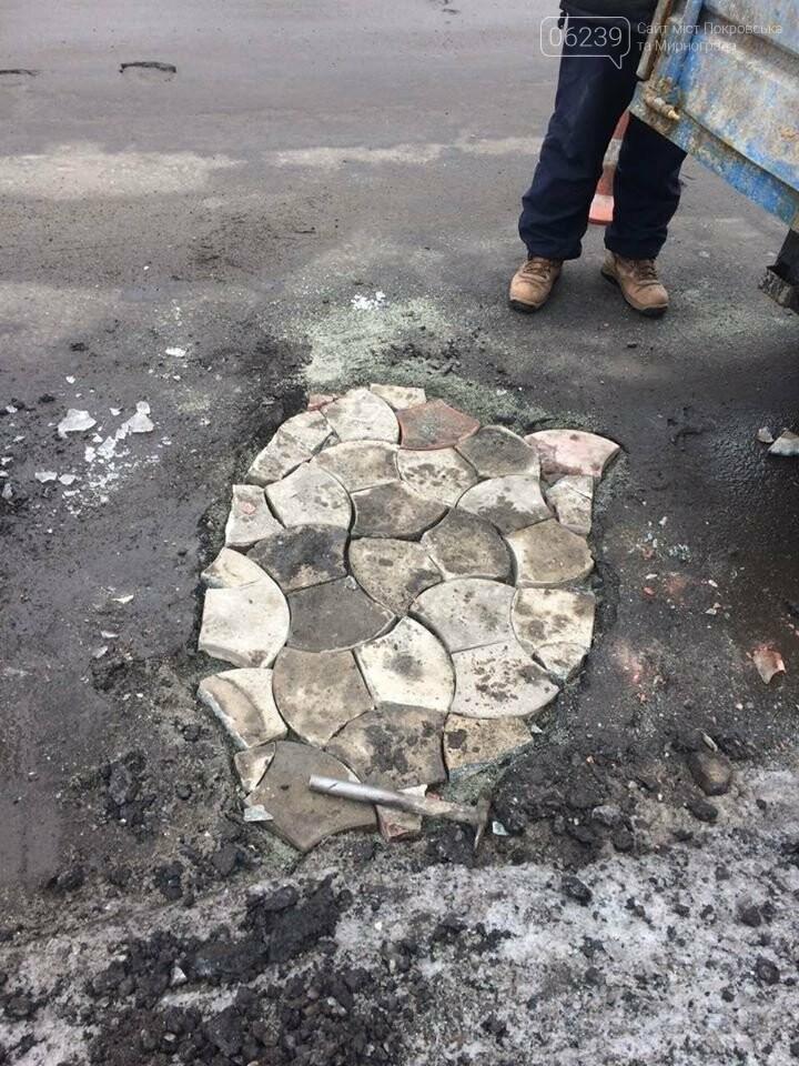 Фотофакт: В Покровске проводят ямочный ремонт по маршруту городского автобуса №108, фото-1