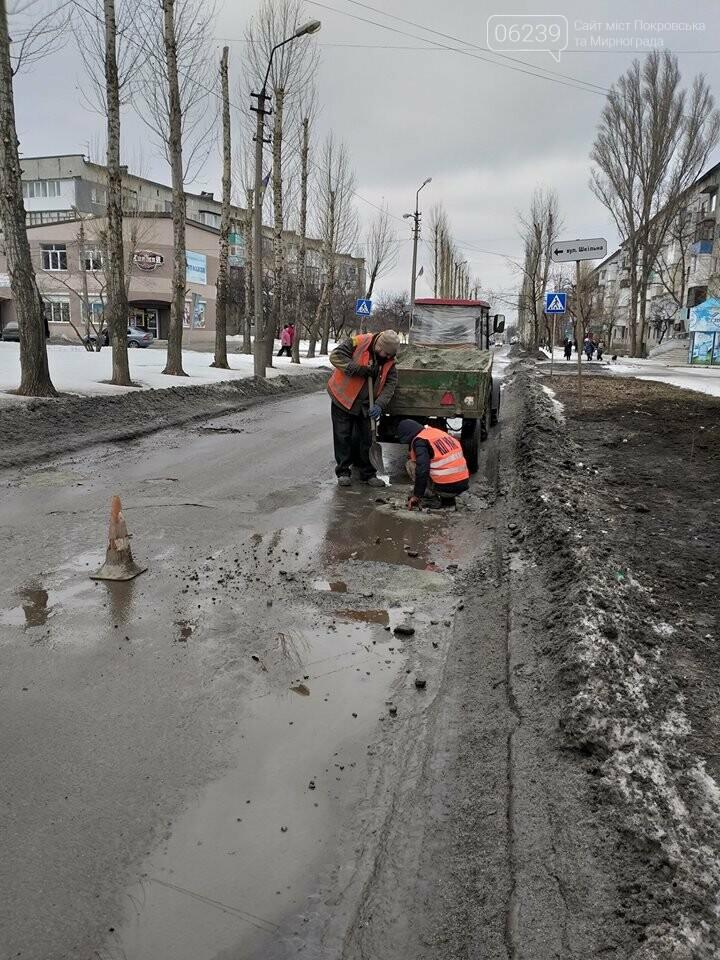 Фотофакт: В Покровске проводят ямочный ремонт по маршруту городского автобуса №108, фото-2