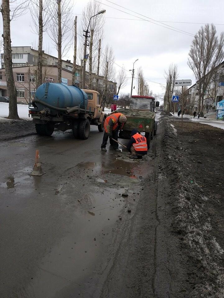 Фотофакт: В Покровске проводят ямочный ремонт по маршруту городского автобуса №108, фото-3