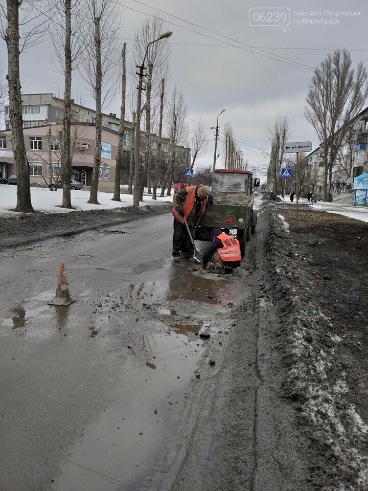 Фотофакт: В Покровске проводят ямочный ремонт по маршруту городского автобуса №108, фото-4
