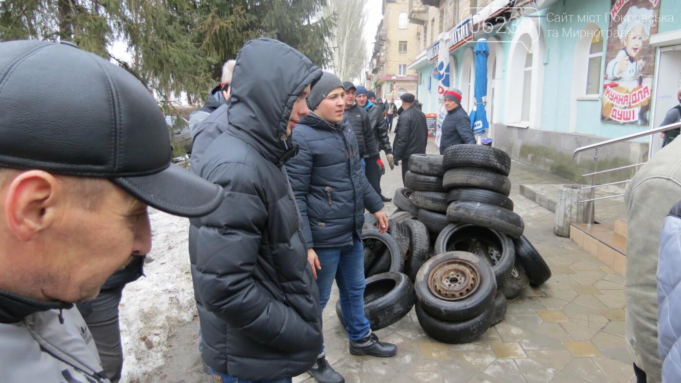 Покровские водители принесли испорченные шины под мэрию, фото-9
