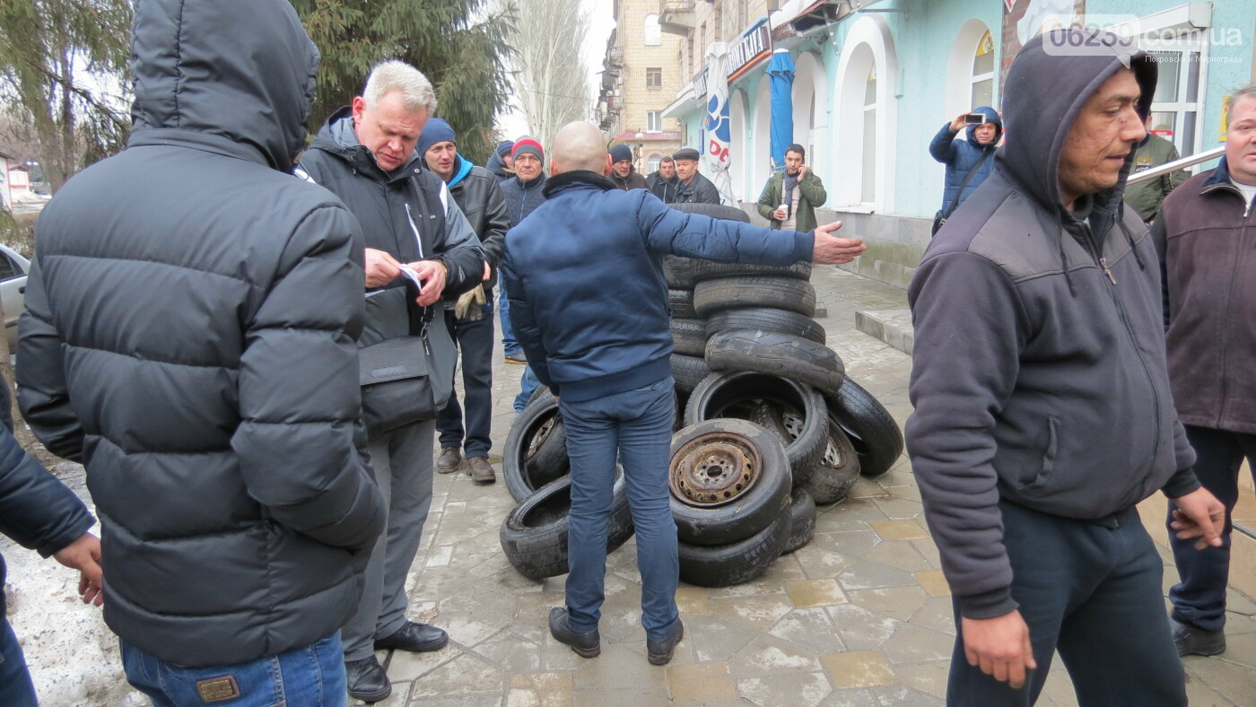 Покровские водители принесли испорченные шины под мэрию, фото-12