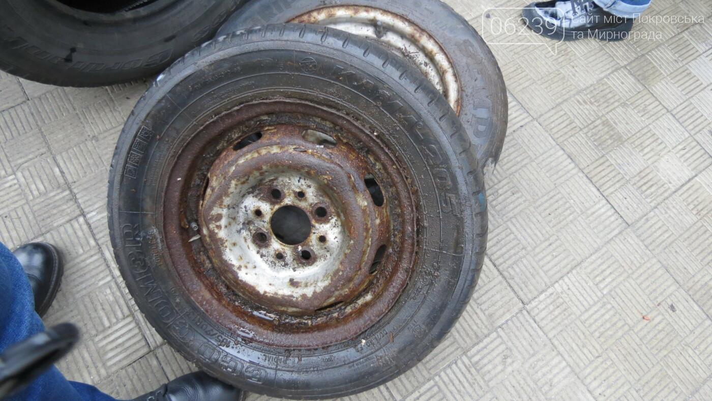 Покровские водители принесли испорченные шины под мэрию, фото-15