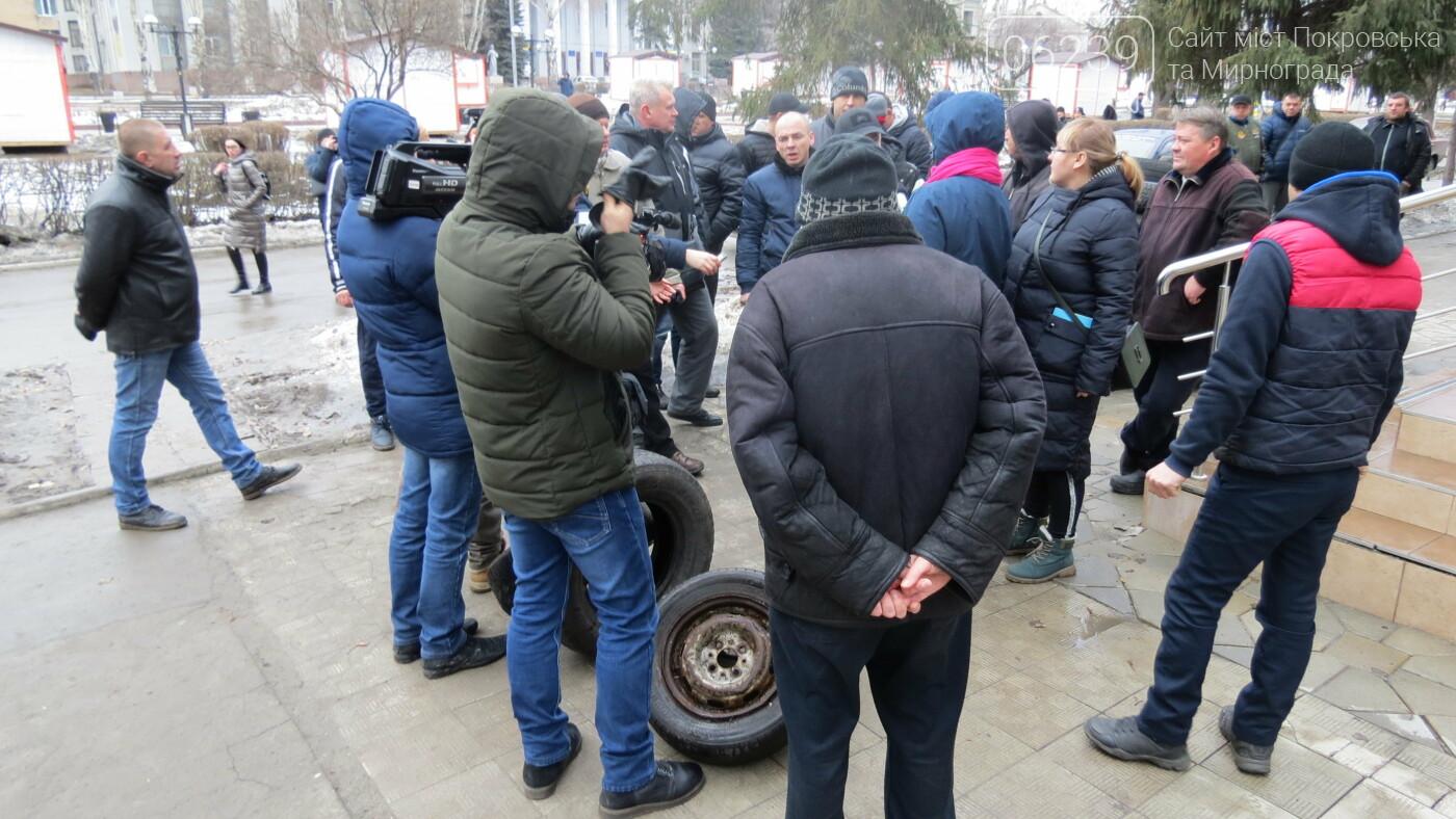 Покровские водители принесли испорченные шины под мэрию, фото-16