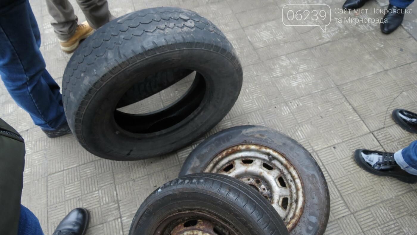 Покровские водители принесли испорченные шины под мэрию, фото-18