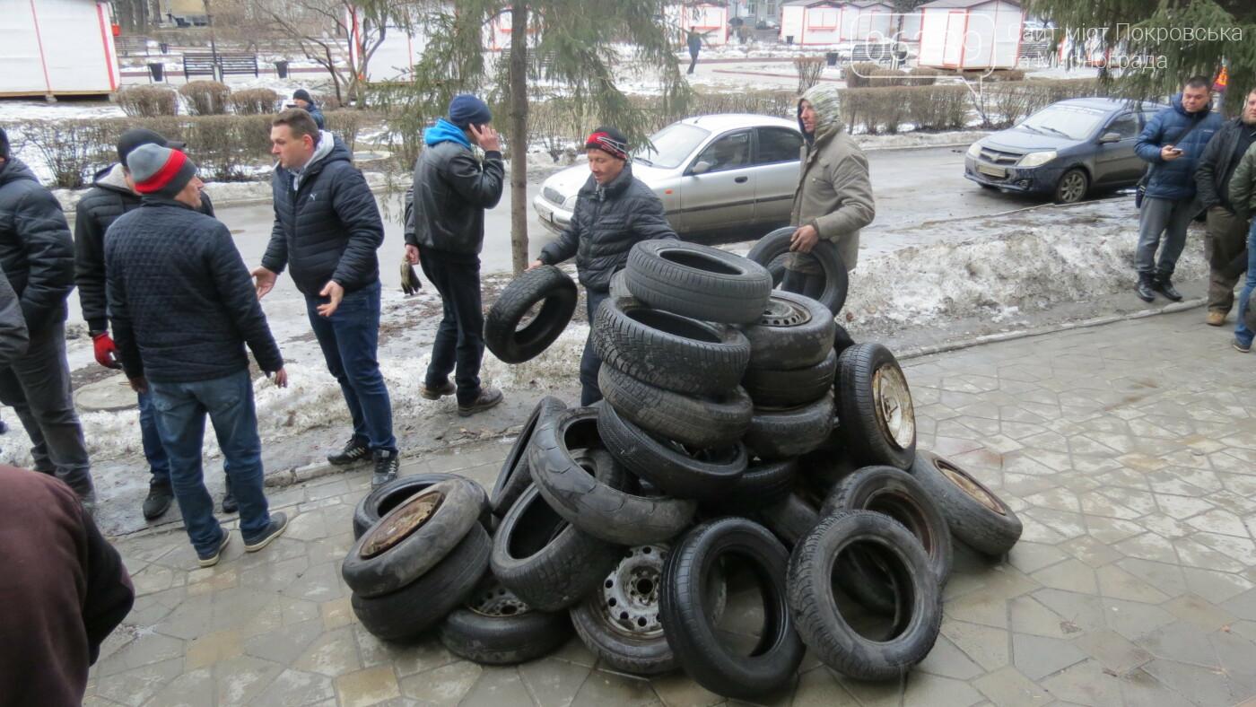 Покровские водители принесли испорченные шины под мэрию, фото-7